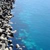 透き通った海。ブルー。