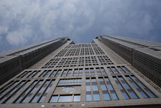 真下から見た都庁