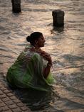 ガンジスの急流で沐浴する女