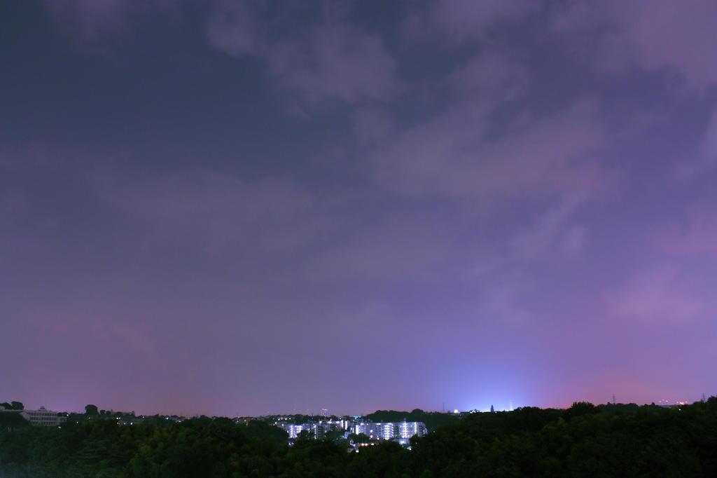 空を照らす街の灯
