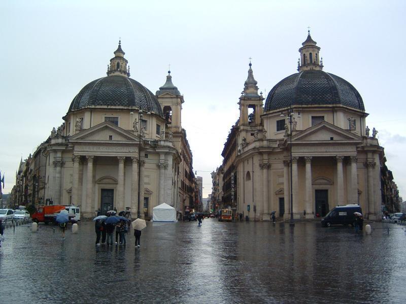 イタリア ローマにあるポポロ広場の双子寺院。
