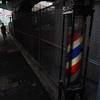 陸橋下の理髪店