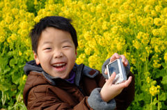 菜の花畑で笑顔