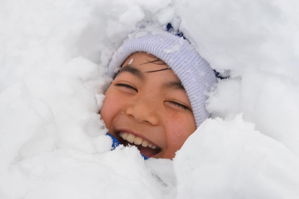 雪に埋まって嬉しそう。