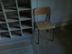 廃校舎の椅子