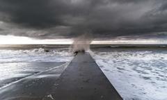 荒れる波 1