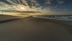 朝陽を浴びる海
