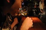 酒を嗜む男