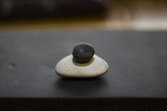 白い石に黒い石を乗せてみる