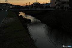 夕暮れの川