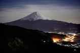 月下に浮かぶ富士