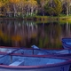 秋高原池の短艇