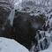 滝に舞う雪