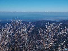 霧氷越しに男鹿半島