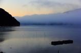朝霧の湖面