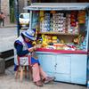 Peru クスコ市街 キオスクのおばあちゃん 編み物している率