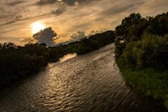 雲と夕陽と川