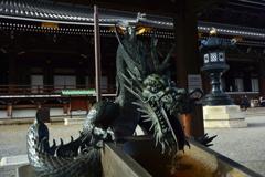 東本願寺・手水舎の龍1