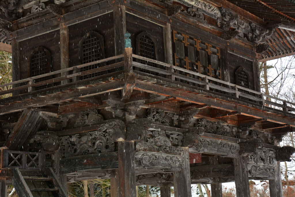 小雪の霊松寺山門