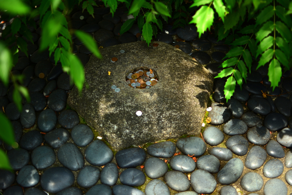 六角堂・へそ石様
