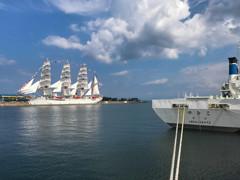 総帆展帆「海王丸」と海上保安庁巡視船「やひこ」