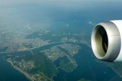 着陸態勢へ 鳴門海峡上空