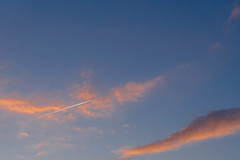 夕焼け雲に飛行機雲