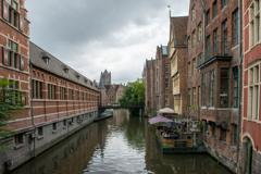 運河の街並みにたたずむ