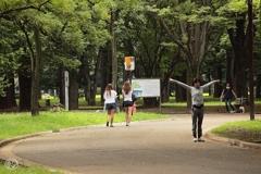 公園を抜ける少女たち -2