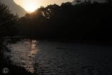 梓川に 射しこむ光 映しけり 霞む朝日の 尊とさ覚ゆ