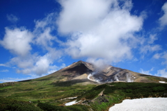 旭岳の山頂に夏雲が流れていく