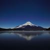 山中湖畔から夜の富士を望む