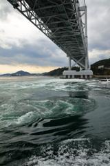 大鳴門橋の真下は急流の如く流れ