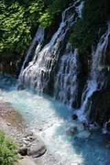 ブルーの美瑛川と白ひげの滝