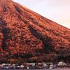 中禅寺湖畔の旅館街と朝日に染まる男体山