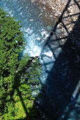 ブルーの美瑛川とトラスの影