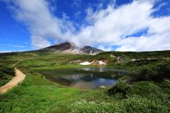 姿見の池に旭岳と青空を映して