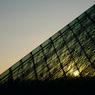 夕陽とガラスのピラミッド
