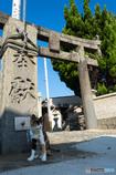 神社の入口で。