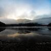 朝霧に包まれる金砂湖