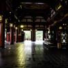 浅草寺本堂で。