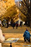 講堂を秋色に描く