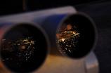 ロボットの眼に小さな街灯り