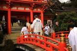 太鼓橋を渡り本殿へ参拝する白馬