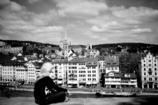 街を一人で眺める
