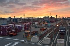 貨物ターミナルの朝