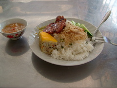 Go Cong市で食べた Cơm Tấm