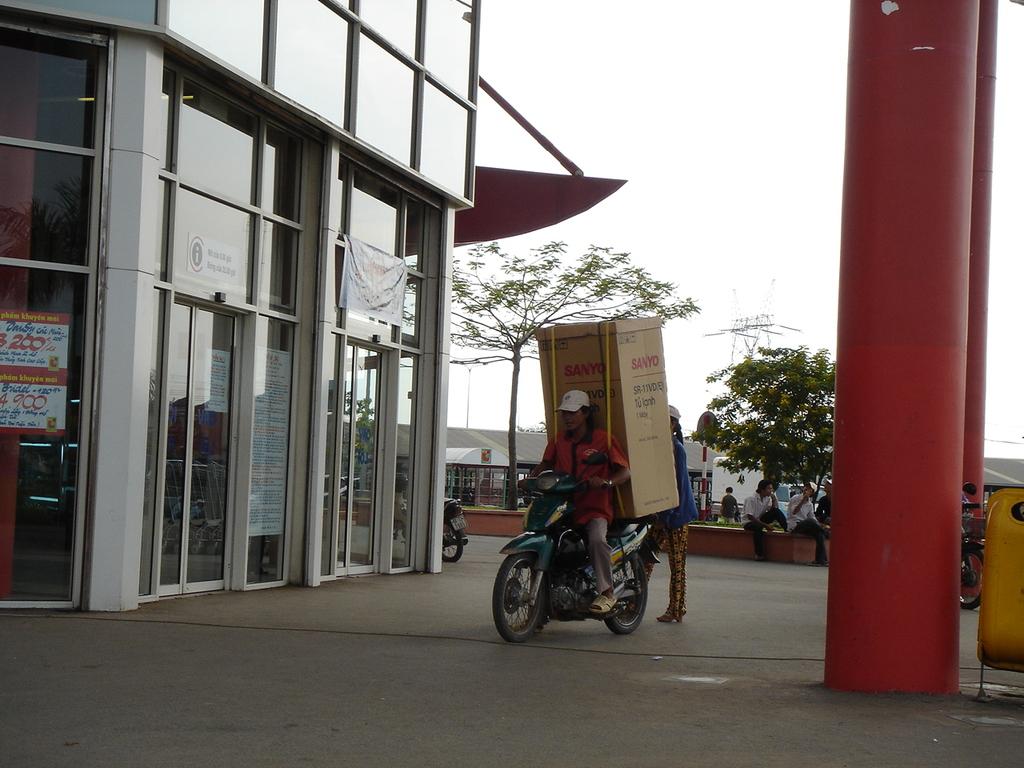 冷蔵庫をバイクで運ぶ