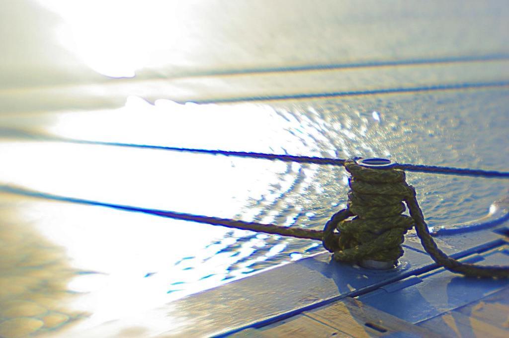 海面の光とロープ(レンズベビー single-glass)