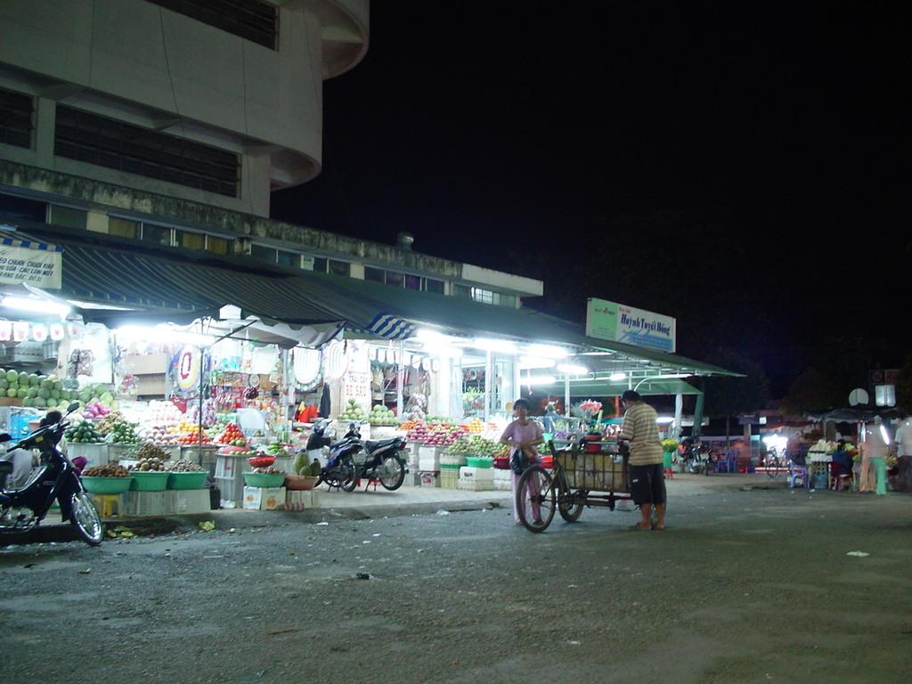 夜の果物屋さん